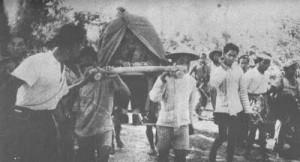 Pak Dirman -{dalam keadaan sakit parah digerogoti TBC dan paru2 tinggal satu }- memimpin perang gerilya dari atas tandu.